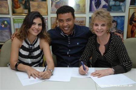 Aline Barros renova contrato com MK