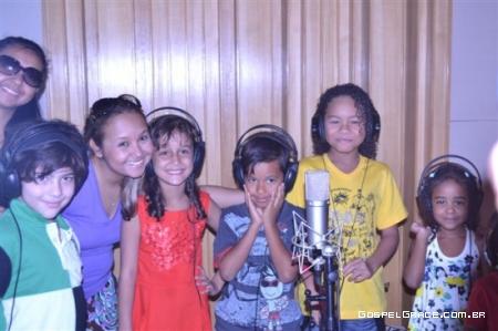 Bruna Karla grava com crianças para novo CD